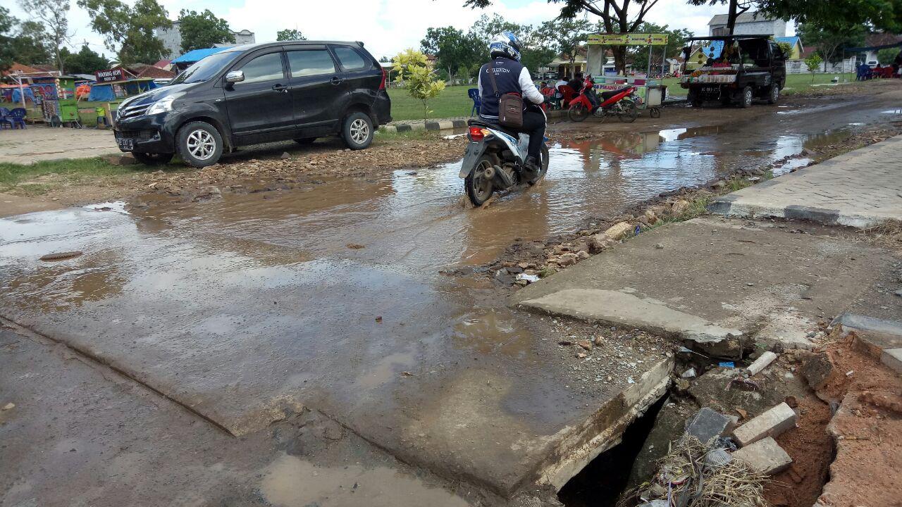 Warga Keluhkan Saluran Air Mampet di Alun-alun Sidomulyo