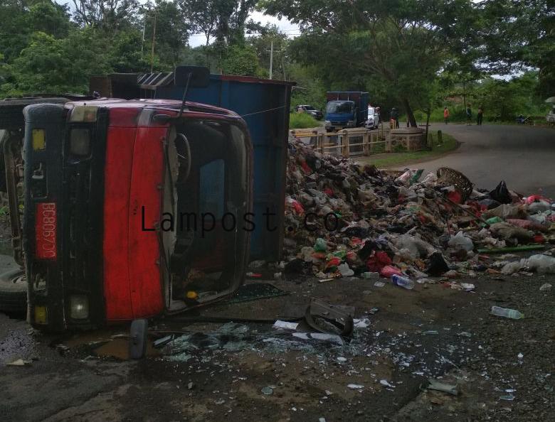 Diduga Over Muatan, Truk Sampah Terguling
