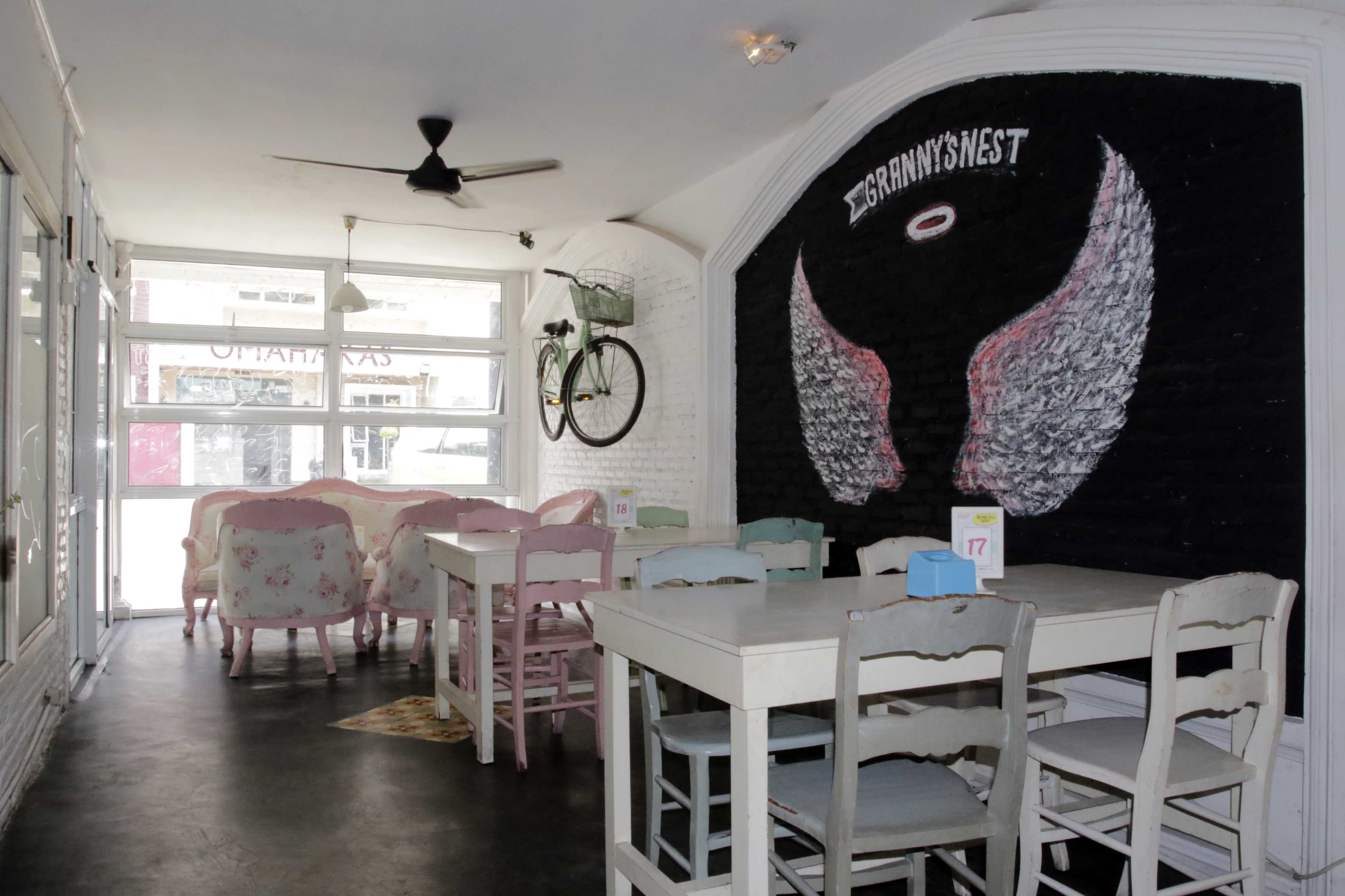Atmosfer Shabby Chic di Granny's Cafe