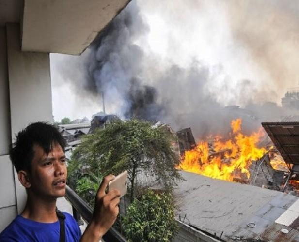 10 Jam Kebakaran di Pabrik Mebel di Cakung