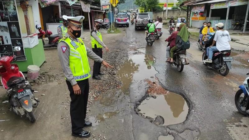 10 Jalan Utama Menuju Lokasi Wisata Bandar Lampung - Pesawaran Rusak