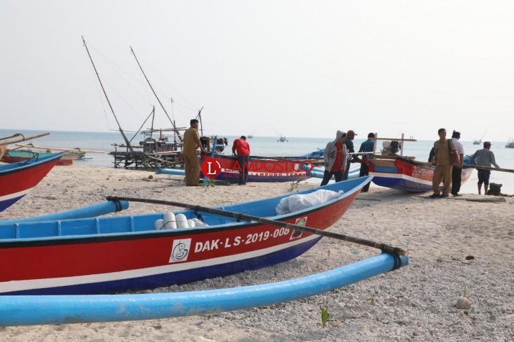 12 Nelayan di Lamsel dapatBantuan Kapal