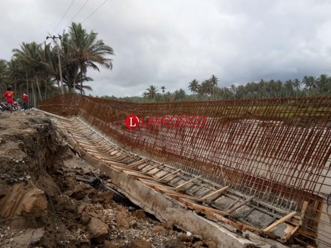 Luapan Air Robohkan Sebagian Benteng Beton