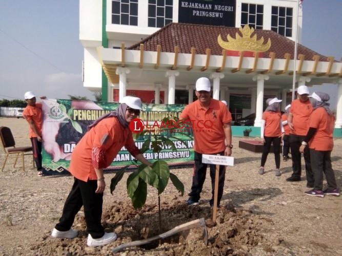 Peringati Hari Bhakti Adhiyaksa dan HUT Adiyaksa Dhrama Kaniri, Kejari Pringsewu Gelar Tanam Pohon
