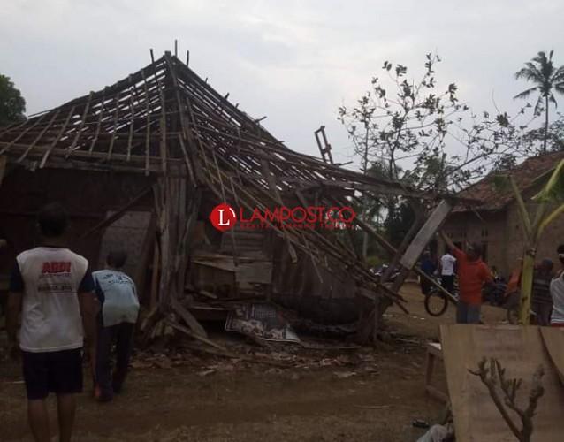 Warga Bantu Perbaiki Rumah Roboh akibat Angin Kencang