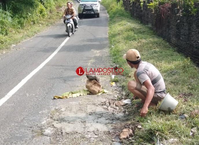 Warga Desa Maja Tambal Jalan Provinsi Secara Swadaya