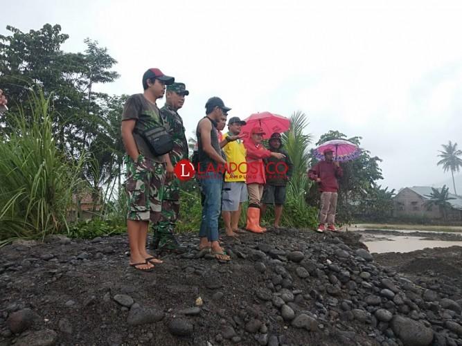 Tim Gabungan Perbaiki Tanggul Way Semuong Pascabanjir