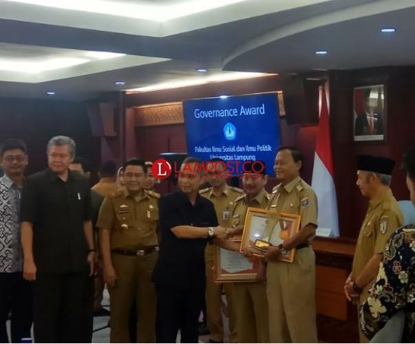 Fisip Unila Beri Penghargaan Governance Award