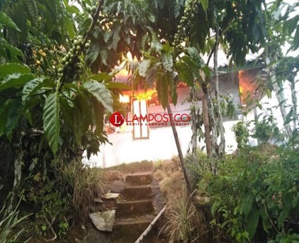Diduga Korsleting Listrik, Rumah Warga Lambar Ludes Terbakar