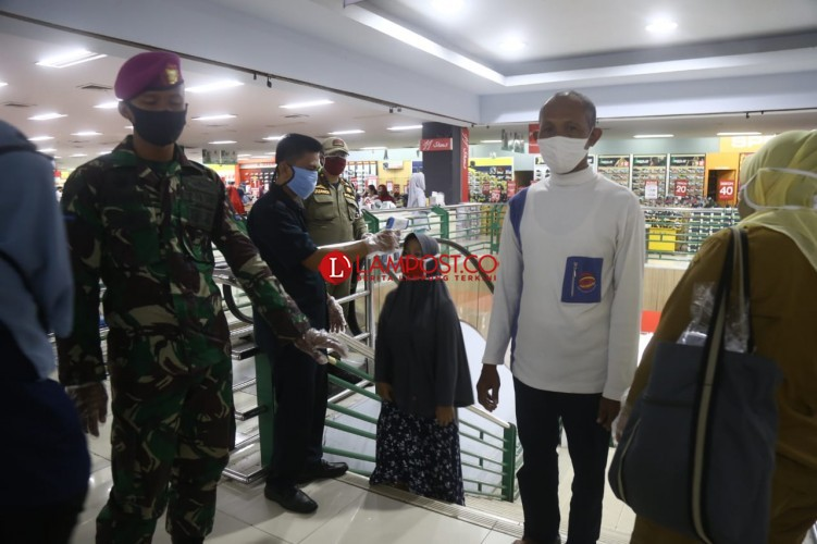 Personel TNI dan Pol-PP Perketat Pengawasan di Mal