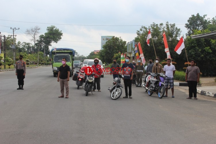 Pengendara di Panaraganjaya Ikuti Penghormatan Bendera