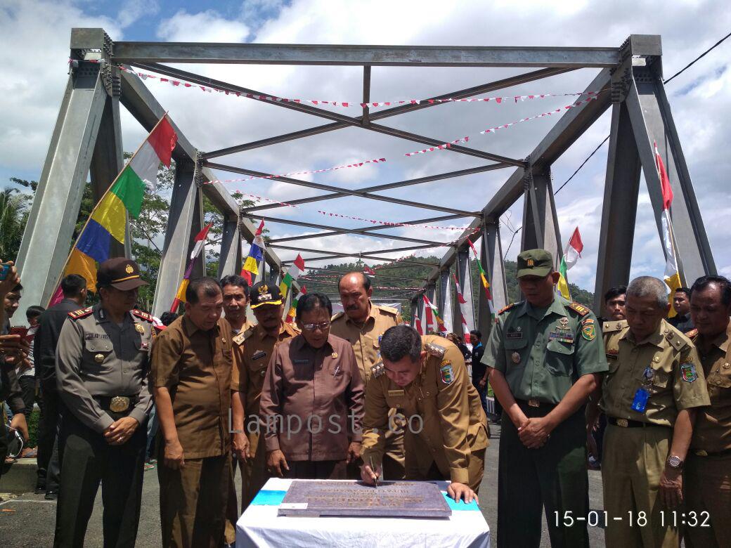Jembatan Penghubung Desa Trimulyo-Desa Way Urang Diresmikan