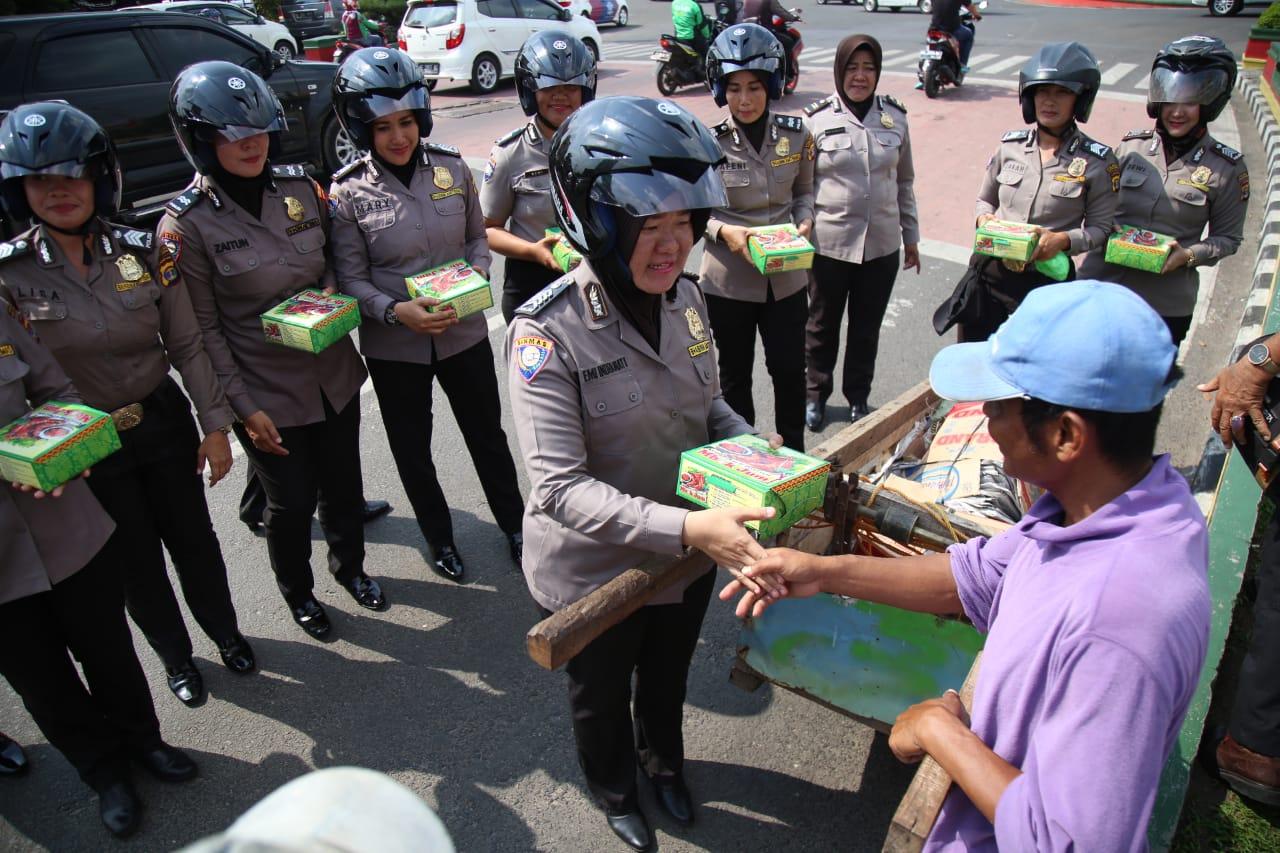 Peringati Hari Kartini, Sebelas Personel Cantik dari Polresta Bandar Lampung Bagikan Nasi Kotak