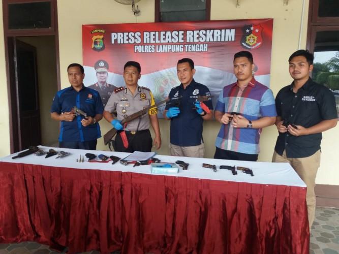 20 Senpi Illegal Diserahkan Warga Lamteng ke Kantor Polisi