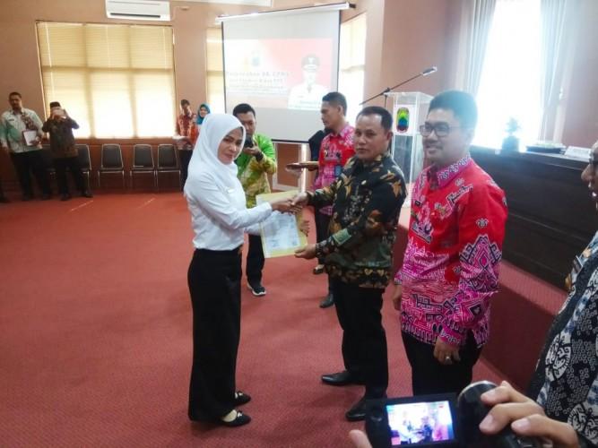 28 Bidan PTT Usia Lebih dari 35 Tahun Terima SK CPNS
