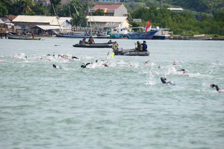 Ribuan Marinir Uji Coba Renang-Dayung Lintasi Selat Sunda