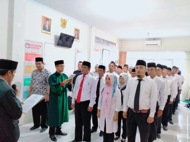 33 Sekretariat PPK KPU Pesawaran Dilantik