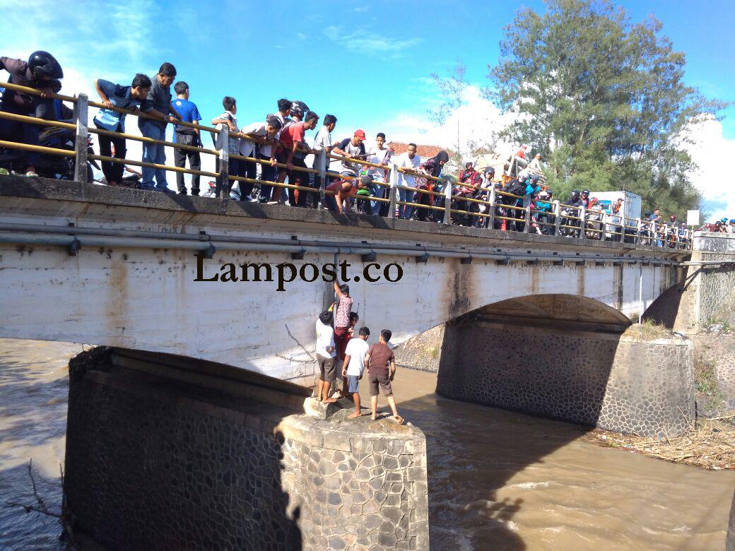 Ada-ada Saja, Kaki Bocah SD Ini Terjepit Tiang di Bawah Jembatan