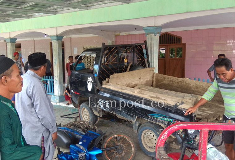 Diduga Sopir Ngantuk, Carry Tabrak Motor Parkir Hingga Nyaris Masuk Masjid
