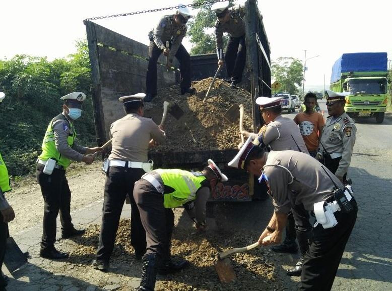 Satlantas Polres Tulangbawang Turun Tangan Timbun Jalan Berlubang