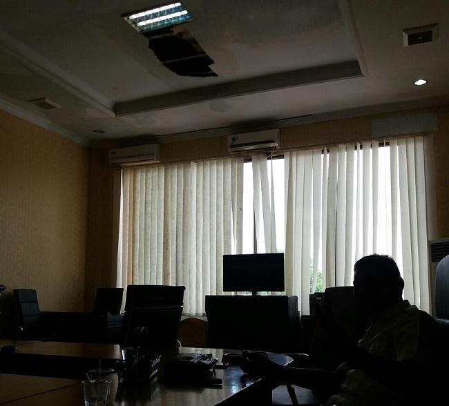 Atap DPRD Kota Bocor, Awas Plavon Ambrol