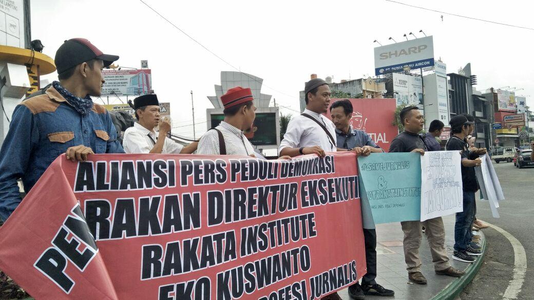 Ratusan Wartawan Gelar Aksi Tuntut Direktur Rakata Dipidanakan