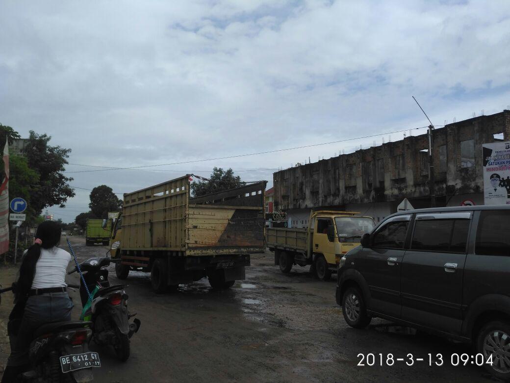 Hati-hati, Jalan Provinsi Mulyaasri - Simpang PU banyak Jalan Berlubang