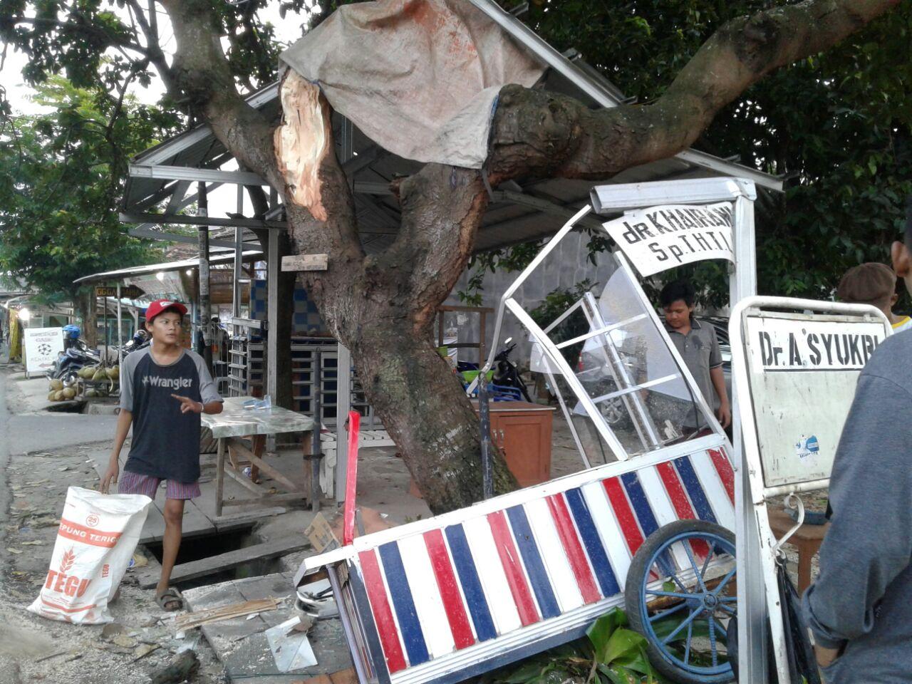 Truk Box Hantam Pohon, Gerobak Sup Buah Ikut Ringsek