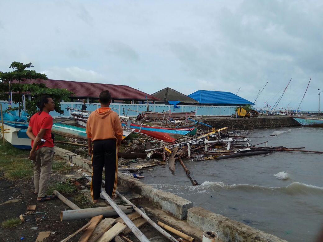 Perahu Congkel Hancur dan Bagan Nelayan Rusak Diterpa Ombak