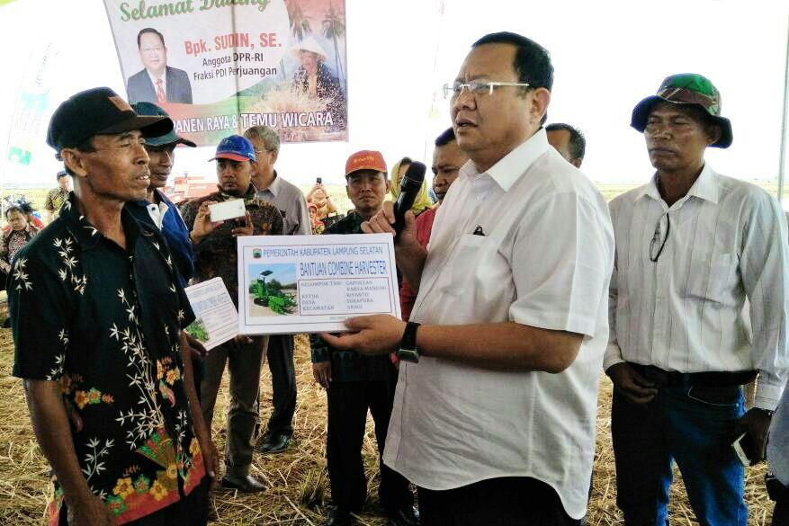 Sudin Serahkan 4 Combine Harvester kepada Petani Lampung Selatan
