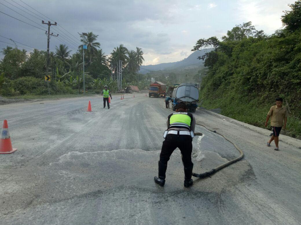 LAMPOST TV: Satlantas Polres Lamsel Bersihkan TKP Kecelakaan Beruntun