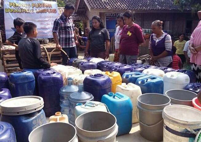 Penggiat Literasi Bantu Air Bersih Warga Dua Dusun di Bakauheni