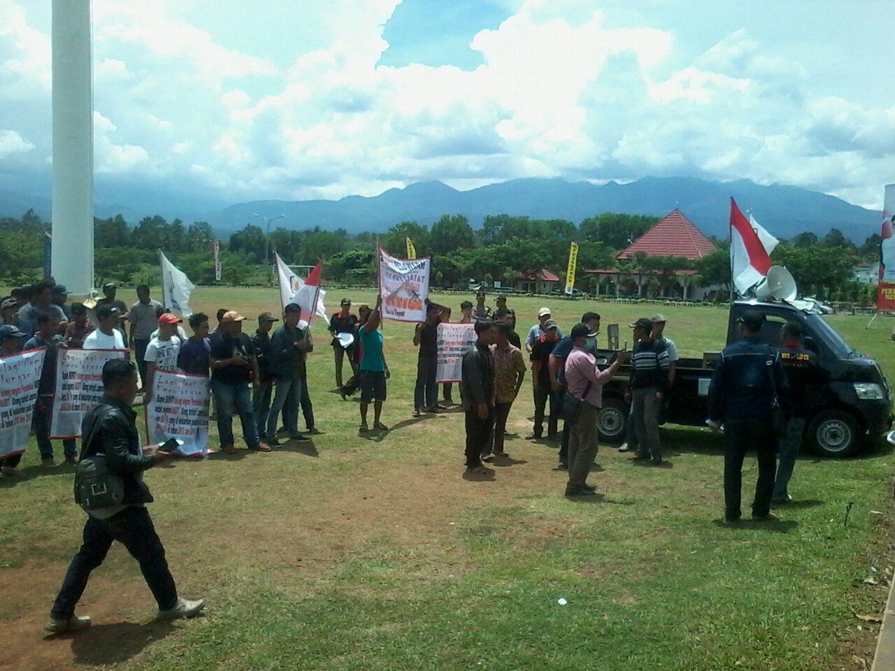 LIPAN dan Masyarakat Demo Usut Dugaan Marup Dana Desa Batumenyan
