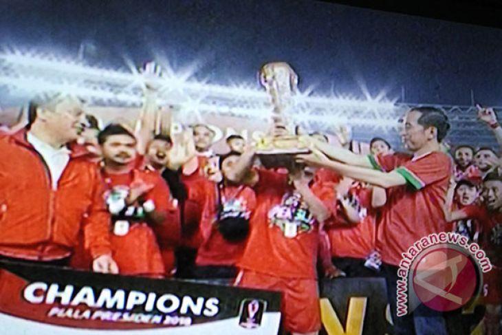 Jokowi Serahkan Piala Presiden Kepada Macan Kemayoran