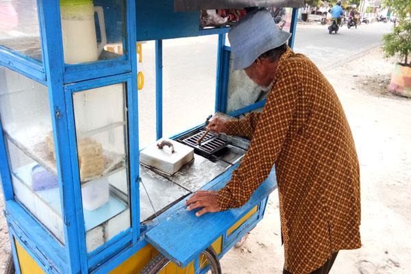 Dua Dekade Kakek Samar Mengandalkan Kue Pancong