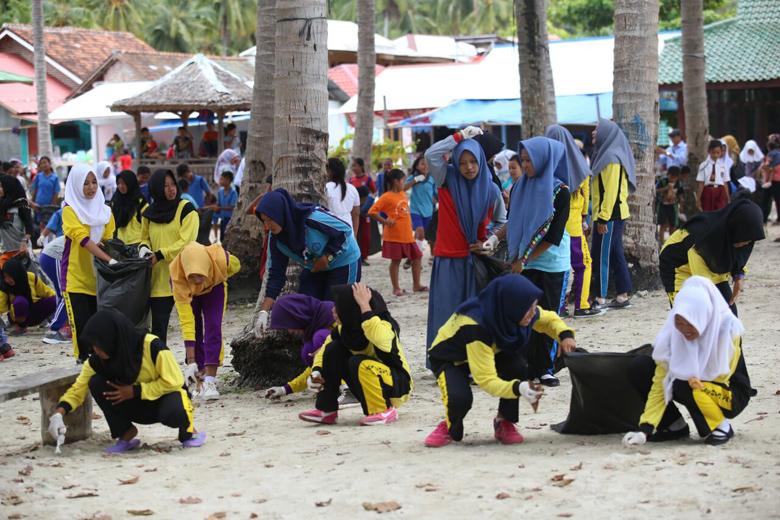 Ratusan Pelajar Bersih-Bersih Pulau Pahawang