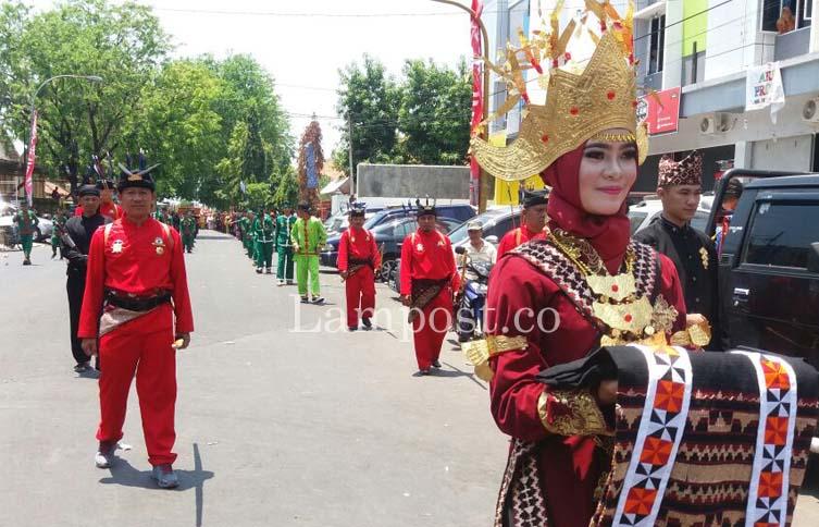 Pasukan Kerajaan Sekala Bkhak Lampung Terbanyak dan Terpanjang dalam Kirab Budaya FKN