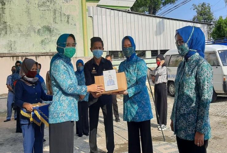 900 Paket Sembako dan 7.500 Masker Disalurkan ke TP PKK Kabupaten