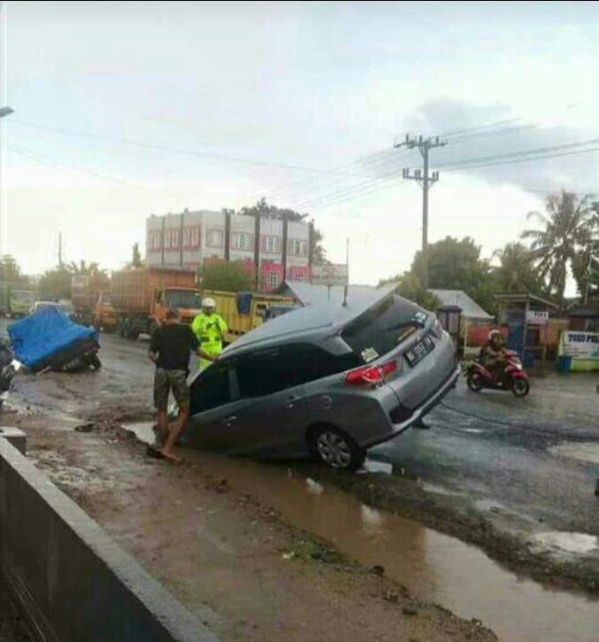 Dua Mobil Terperosok Lubang di Yukumajaya