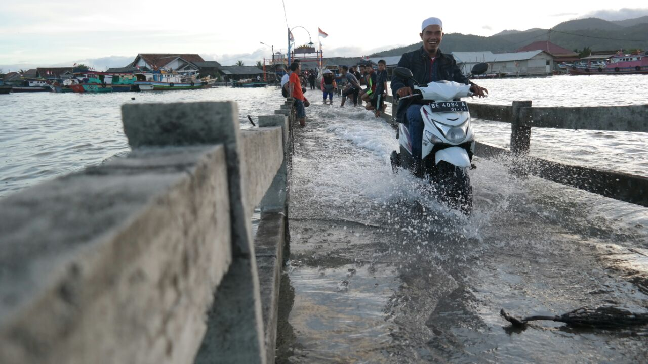 Air Pasang Warga Khawatir Jembatan Pulau Pasaran Ambles
