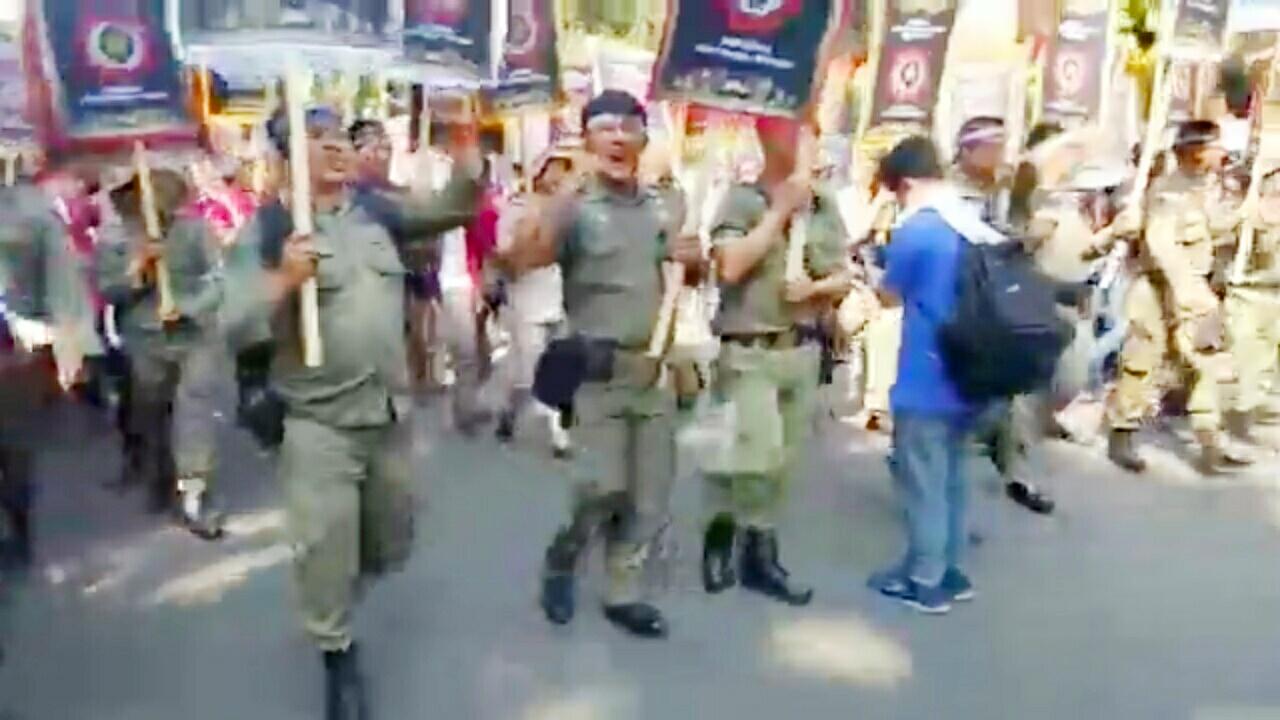 Satpol PP dan Bidan Tubaba Ikut Aksi di Depan Istana