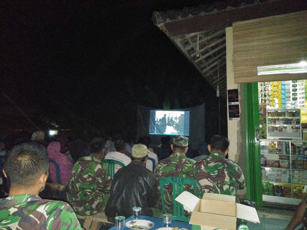 Warga Palasaji Antusias Nonton Bareng Film G30S PKI Bersama Anggota Koramil