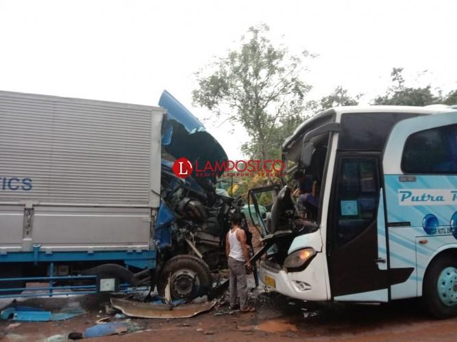 Adu Kambing Bus Vs Truk Akibatkan Dua Luka Parah