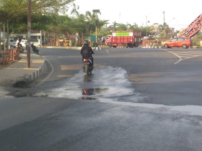 Air Siring Mengalir ke Badan Jalan di Kotabumi