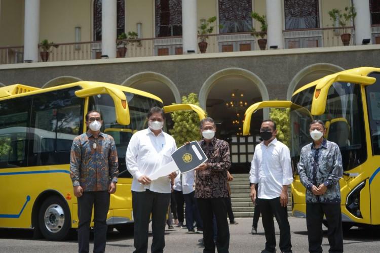 Airlangga Hartarto Hibahkan Bantuan Dua Bus Listrik dan Mikrobus untuk UGM