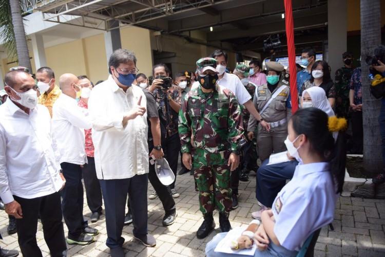 Airlangga Kunjungi Pelaksanaan Vaksinasi untuk Anak Usia 12-17 Tahun dan Umum di Medan