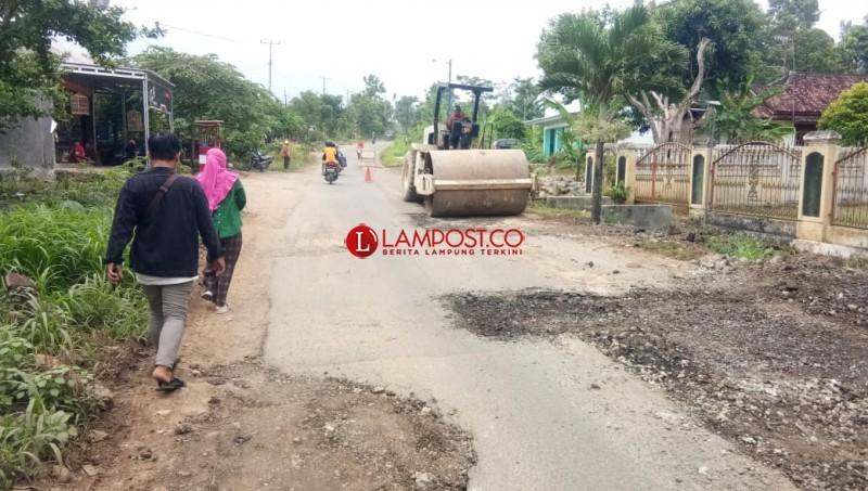 Akhirnya Pemprov Lampung Perbaiki Jalan Poros Palas