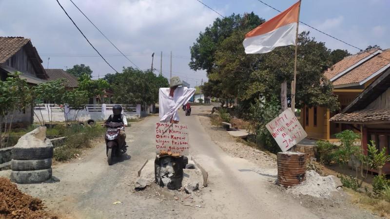 Aksi Blokir Jalan oleh Warga Akibat Korban Janji Manis Pemkab Lamsel