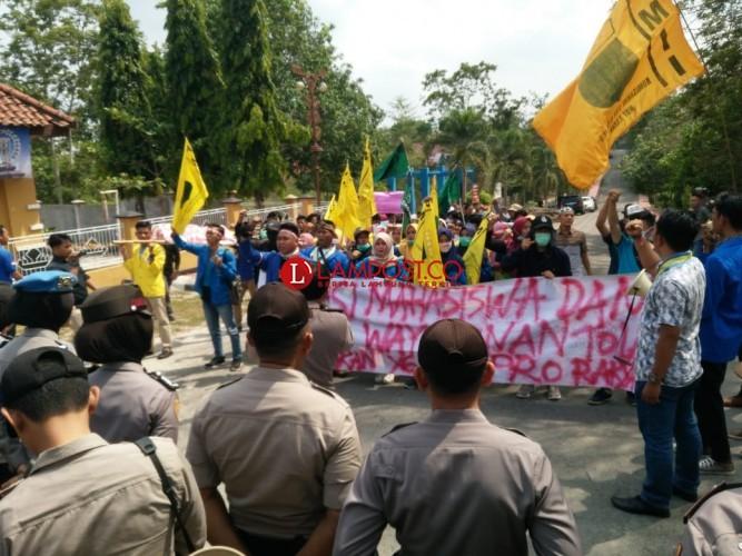 Aksi Demo Warnai Paripurna Pelantikan Pimpinan DPRD Way Kanan