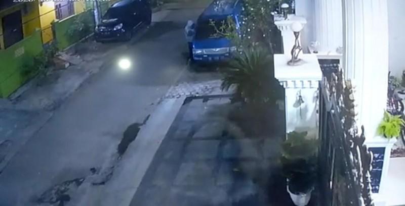 Aksi Pencurian Mobil Perumahan Abdinegara Terekam CCTV